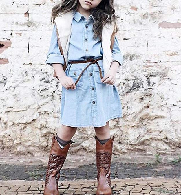 Девочка в джинсовом платье тренд сезона